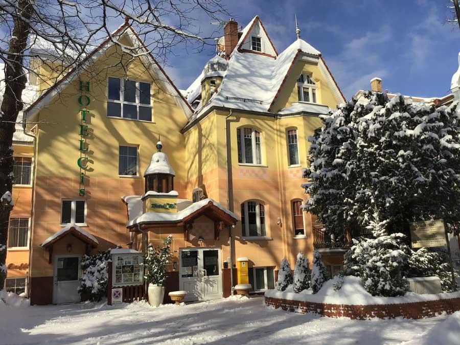 Front hotelu zimą